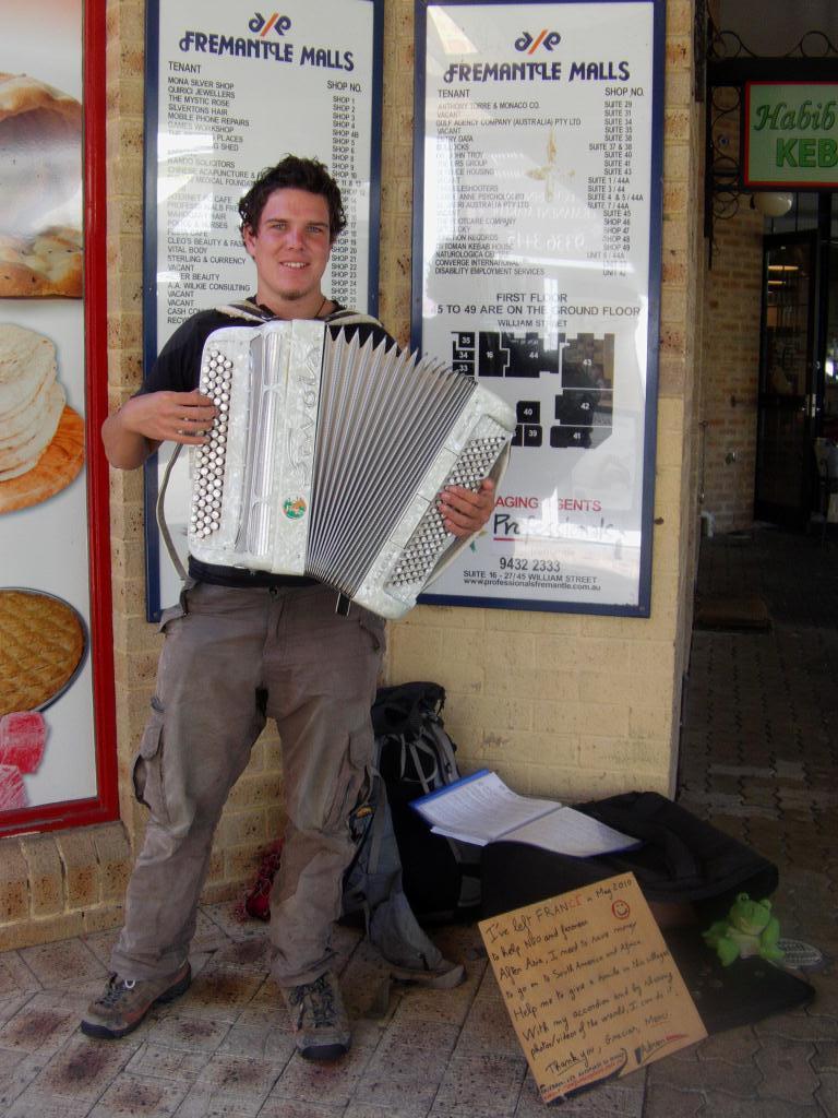 Tour du monde d'Adrien avec son accordeon