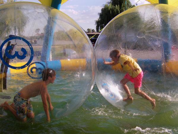Les enfants courent dans le waterball