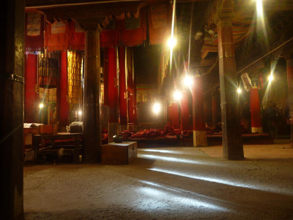 intérieur d'un temple bouddhiste