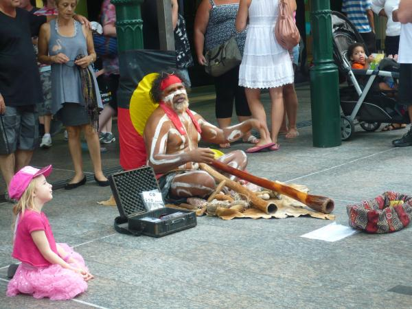 Aborigene avec son didjeridou (photo google)