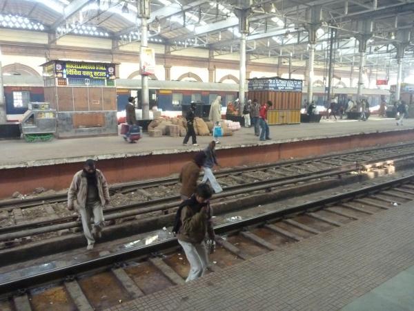 En Inde on peut traverser sur les voies sans se faire siffler par le chef de gare !