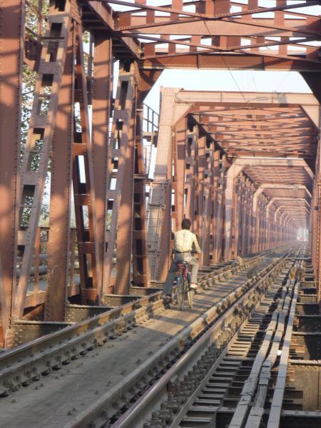 300 mètres de pont ferrovière à vélo, au milieu de la voie. Meme pas peur !