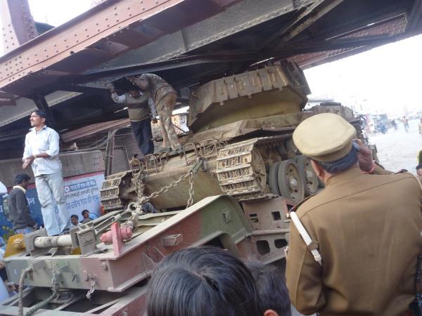Un convoit exceptionnel transportant un char se retrouve coincé sous le pont du chemin de fer. Ils avaient du oublier de calculer la hauteur du pont... Du coup : une aprés-midi entière de bouchon et d'anarchie sur la route principale d'Agra... On est bien en Inde !
