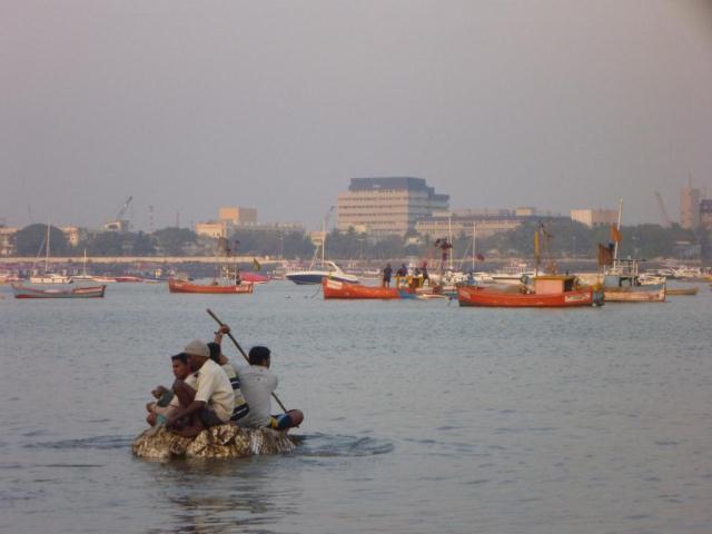 P1090824- Embarcation de fortune pour rejoindre le petit bateau de peche
