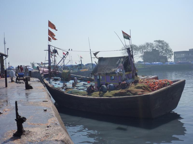 Bateau de pêche dans le port de Bombay