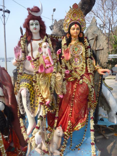 Ganesh, la vache sacree et deux divinites hindouistes
