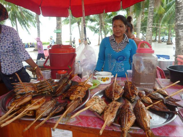 Kuntia achète le poisson au célèbre marché aux crabes de Kep