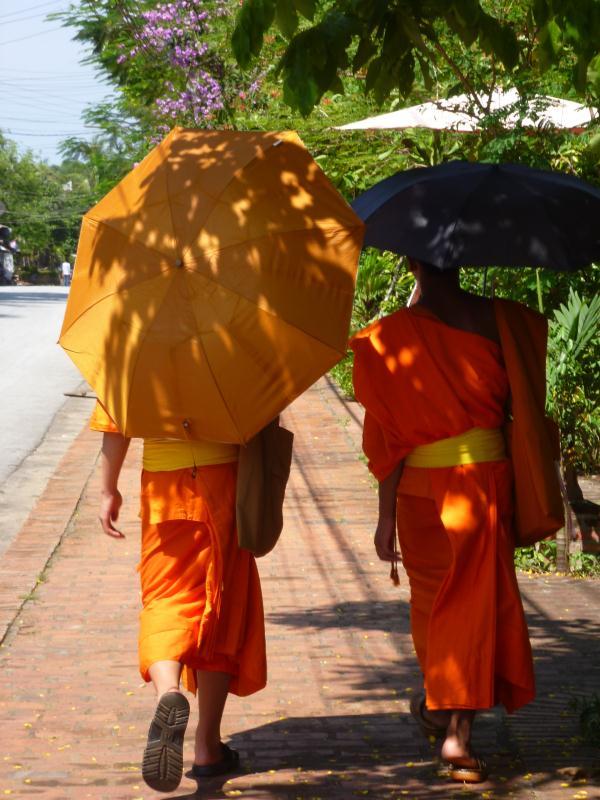 Les moines et leur parasol