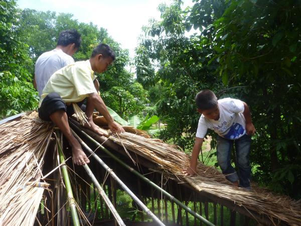 P1110177 construction toiture bois bambou thailande