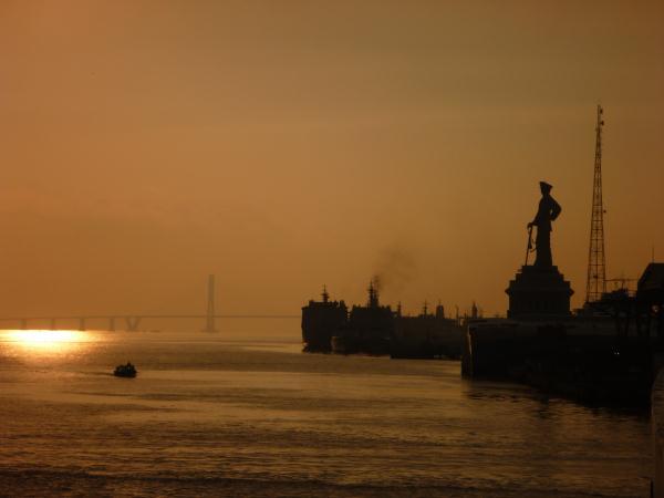 P1120244 Le soleil se lève, sur le port de Surabaya