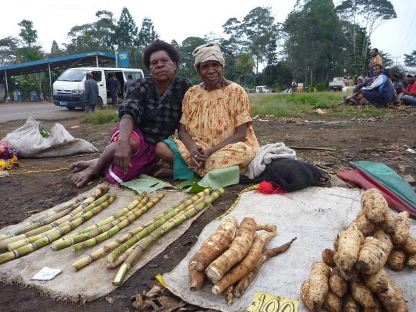 Les femmes vendent les légumes sur la place du marché