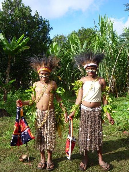 Les enfants portent leur costume traditionnel et nous offrent des sacs