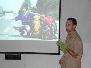 Guizmo présente l'aventure de Julien et Adrien
