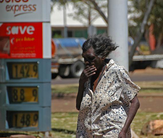 Aborigene ivre dans une station service (photo google)