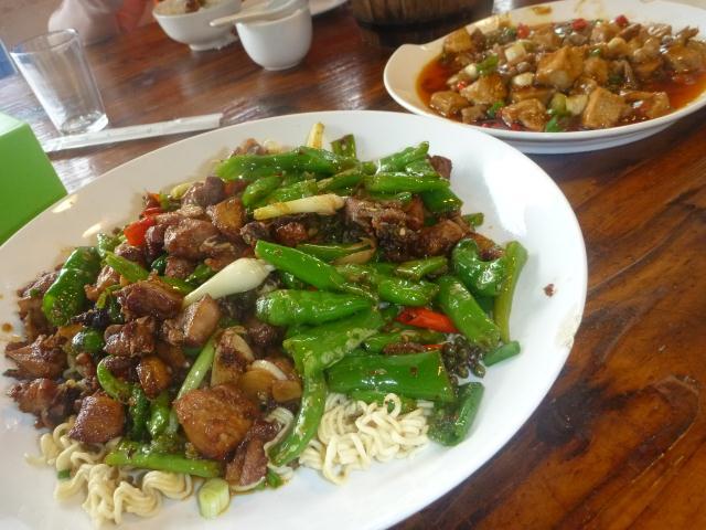 Boeuf aux poivrons et ognions. Plat de tofu et intestins de poulet.