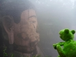 p1070172 - Leshan, Guizmo discute avec le Grand Bouddha