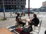 p1020657 - En Albanie, en compagnie d'un autre voyageur, pèlerin de retour de Jérusalem.