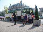 p1030290 - Le bus-stop fonctionne aussi, surtout avec l'aide des douaniers bulgares qui nous ont trouvé un bus climatisé à destination de Bucharest !