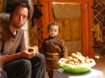 p1040783b - Dégustation de biscuits mongoles dans une yourte, la vodka n'est pas très loin ! (et le lait fermenté non plus...)