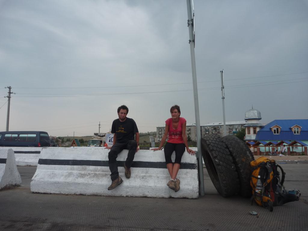 A la frontière mongole, on attend qu'une voiture passe pour nous prendre en stop !