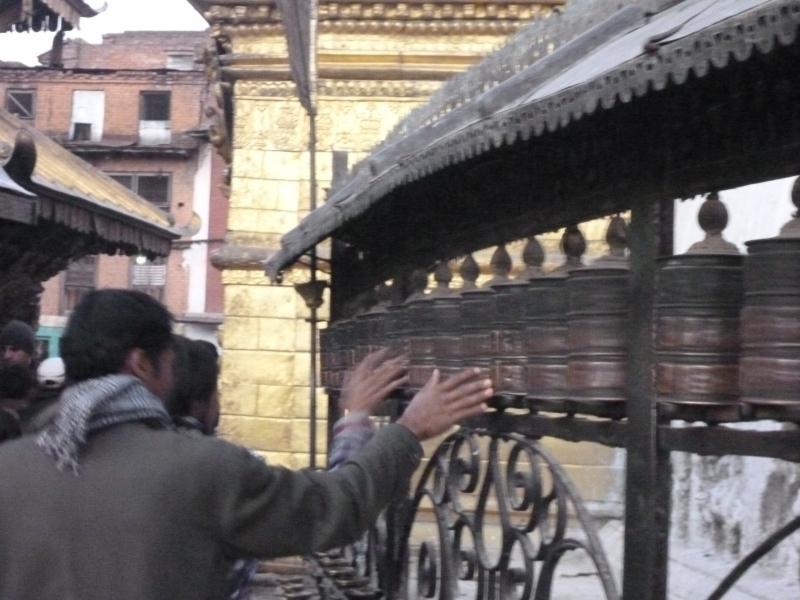 Les bouddhistes font leur prière en marchant autour du temple, toujours dans le sens des aiguilles d'une montre, et en faisant tourner les moulins à prières.