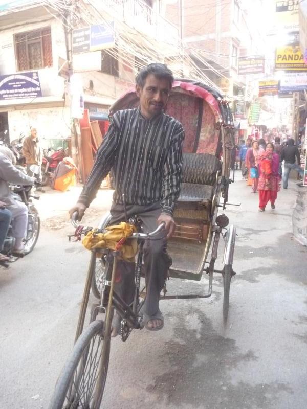 Un sympathique conducteur de rickshaw dans les rues de Thamel