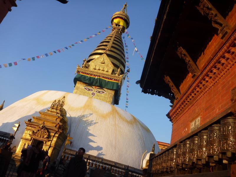 La stuppa du temple principal, magnifiquement éclairée par le coucher du soleil.