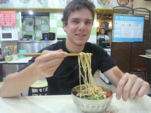 Pas évident de manger les Noodles à la baguette !