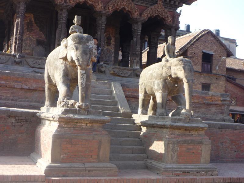 Deux éléphants en pierre gardent l'entrée d'un temple sur la Durbar Square.