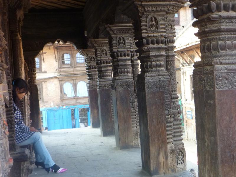 Toutes les pièces en bois y compris la charpente sont de vrais oeuvres d'art et auraient leur place dans un musée, mais la vie continue au milieu de tous ces temples et on peut sans problème s'y poser pour discuter ou lire un livre. Seul l'accès à l'intérieur des temples est interdite aux non-hindouistes et nous n'avons donc pas pu rentrer.