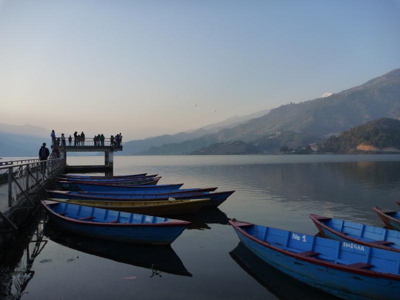 Au bord du lac de Pokara, l'esprit et les muscles se relachent après le douloureux trek des Annapurnas.