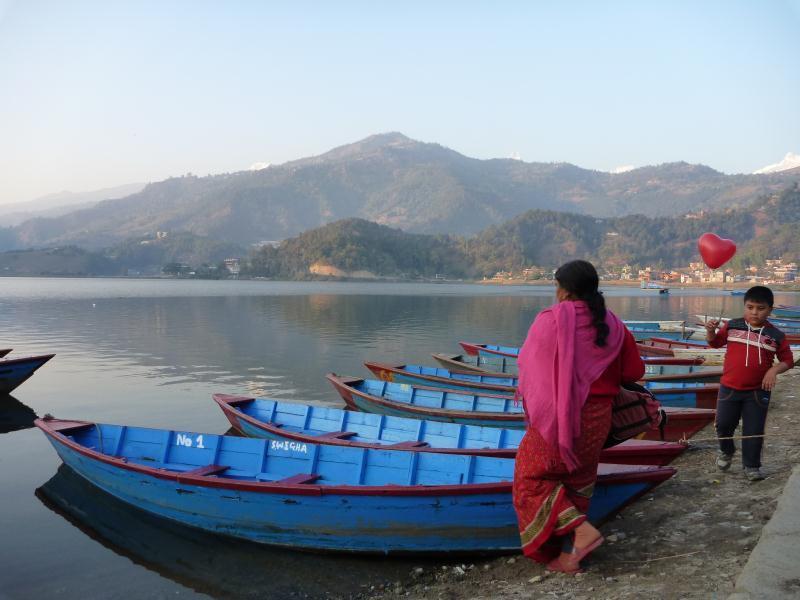Tout au fond on peut encore apercevoir les hauts sommets himalayens que nous avons suivis pendant la randonnée.