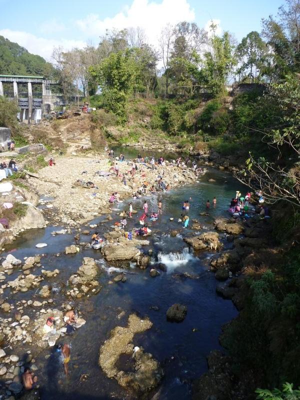 Aujourd'hui il fait beau, tout le monde se baigne dans la rivière pour se laver. La même rivière où l'on nettoie le linge, la vaisselle, et où l'on jette les ordures.