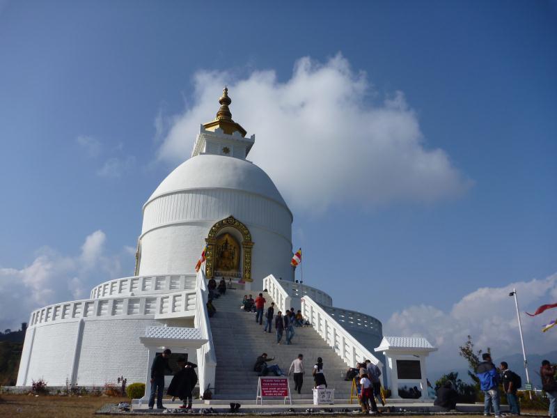 La Pagode de la Paix sur les hauteurs de Pokara. Encore une petite ballade de 2 heures pour monter jusque là. D'ici on est censé voir toute la chaine des Annapurnas mais pas de chance, ce jour là, il y avait des nuages.