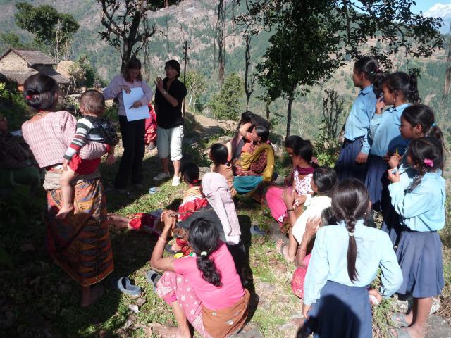 Mylène et Sanu discutent avec les villageois